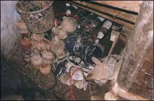 Ergebnisse einer aufgedeckten Raubgrabung aus dem Jahr 1999.