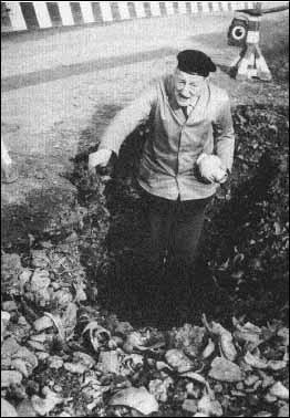 Dr. O.E. Mayer bei einer Grabung in den 50er Jahren.
