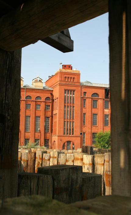 Imposanter Backsteinbau einer ehemaligen Brikettfabrik
