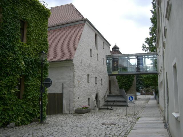 Die durch die Stadt getragene Stadtgeschichte im Malzhaus und das dem Landkreis Bautzen unterstellte Museum der Westlausitz / Elementarium sind durch eine gläserne Brücke miteinander verbunden.