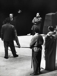 Wieland Wagner bei Proben zu Tristan und Isolde   Foyer der Deutschen Oper Berlin   Foto: Heinz Köster